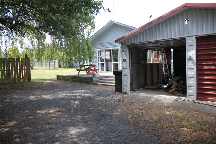 (photograph © Kiwidutch) NOTE: Shed in distant back above top left of picnic table.